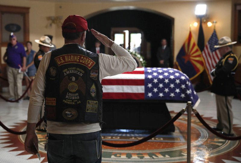 Thousands line up in Arizona heat to pay respects to McCain